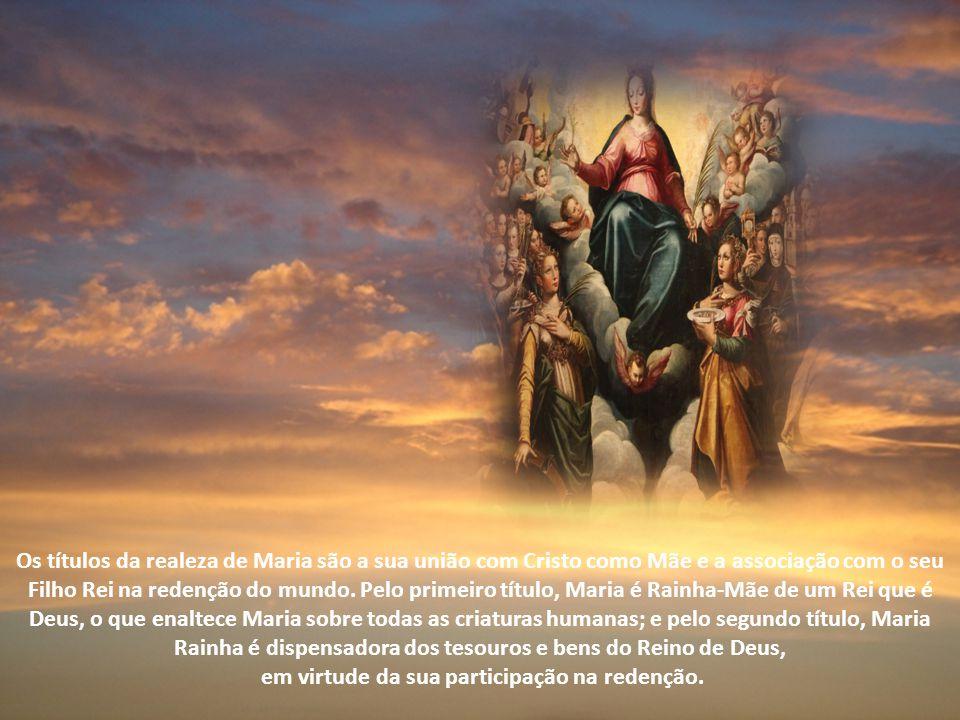 Os títulos da realeza de Maria são a sua união com Cristo como Mãe e a associação com o seu Filho Rei na redenção do mundo.