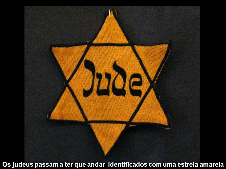 Os judeus passam a ter que andar identificados com uma estrela amarela