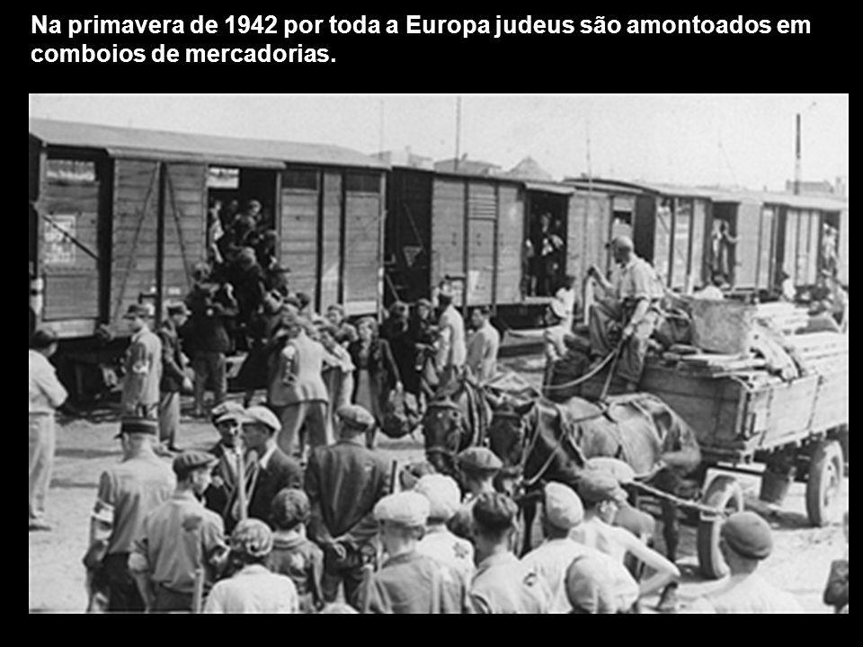 Na primavera de 1942 por toda a Europa judeus são amontoados em comboios de mercadorias.