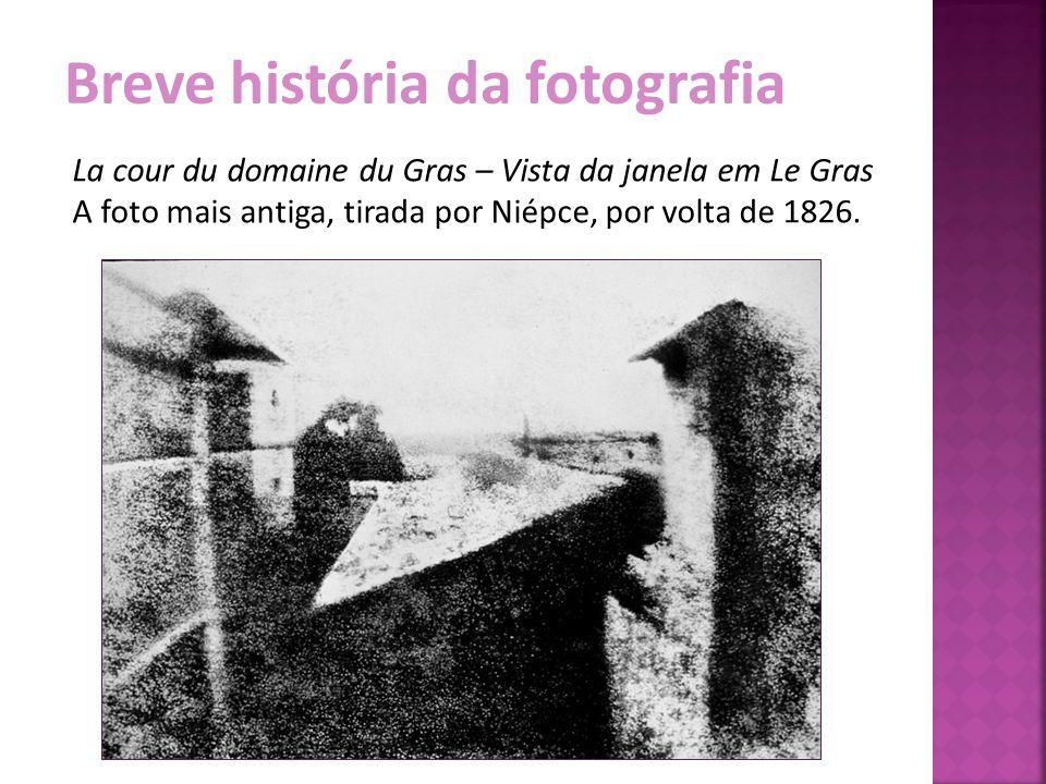 Breve história da fotografia La cour du domaine du Gras – Vista da janela em Le Gras A foto mais antiga, tirada por Niépce, por volta de 1826.