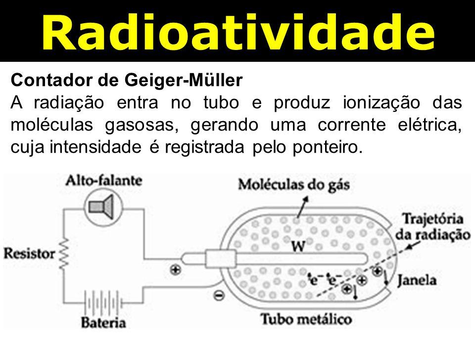 Contador de Geiger-Müller A radiação entra no tubo e produz ionização das moléculas gasosas, gerando uma corrente elétrica, cuja intensidade é registrada pelo ponteiro.