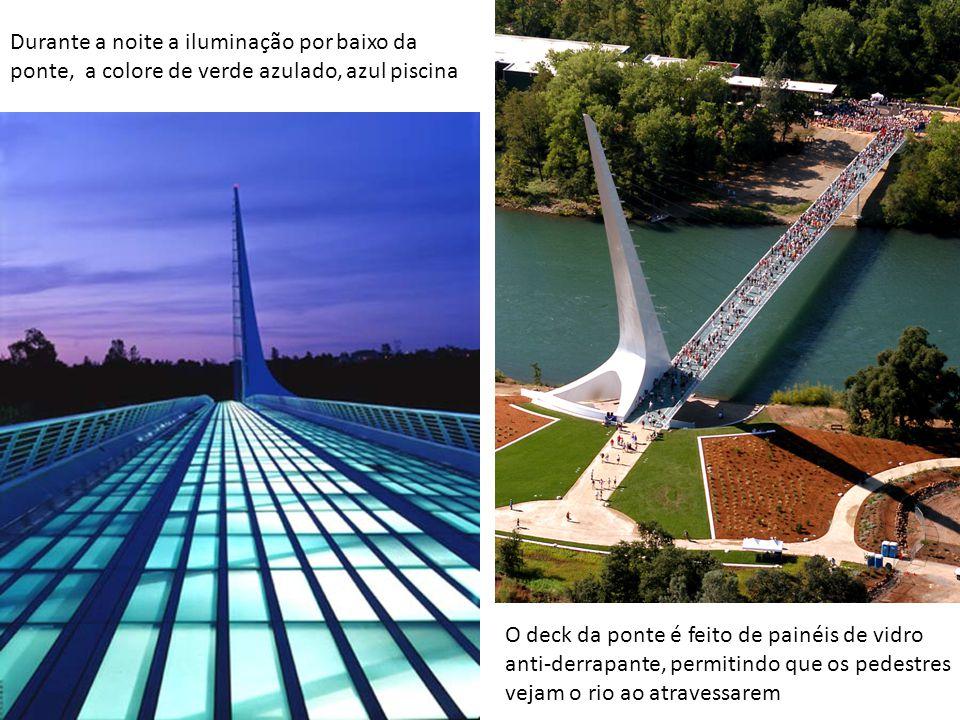 Durante a noite a iluminação por baixo da ponte, a colore de verde azulado, azul piscina O deck da ponte é feito de painéis de vidro anti-derrapante,