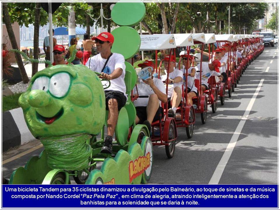 Uma bicicleta Tandem para 35 ciclistas dinamizou a divulgação pelo Balneário, ao toque de sinetas e da música composta por Nando Cordel Paz Pela Paz , em clima de alegria, atraindo inteligentemente a atenção dos banhistas para a solenidade que se daria à noite.