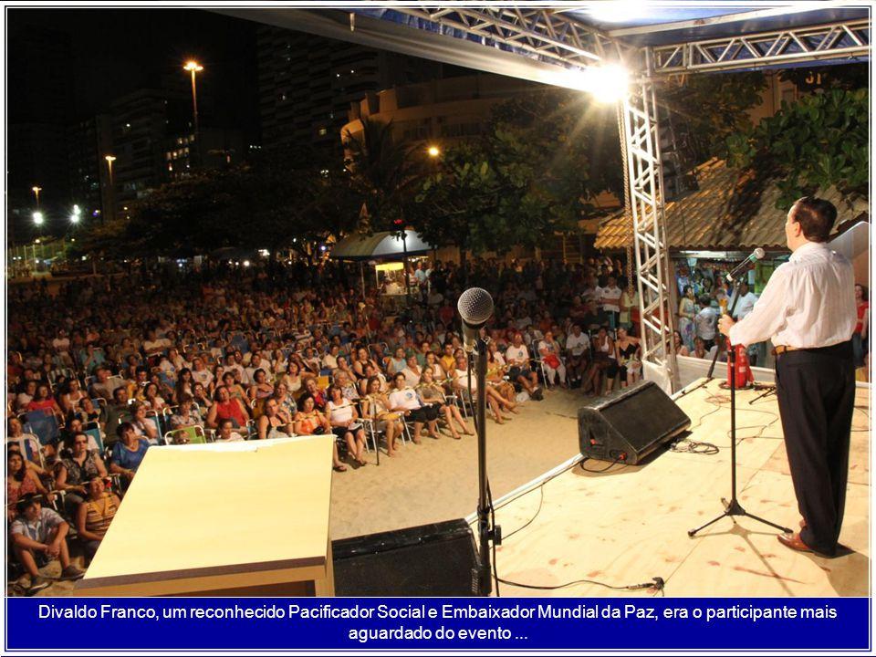 Na sua maneira admirável de falar, Divaldo Franco possui enorme poder de atrair, monopolizando a presença de um grande público que excedeu a capacidade física do auditório,...