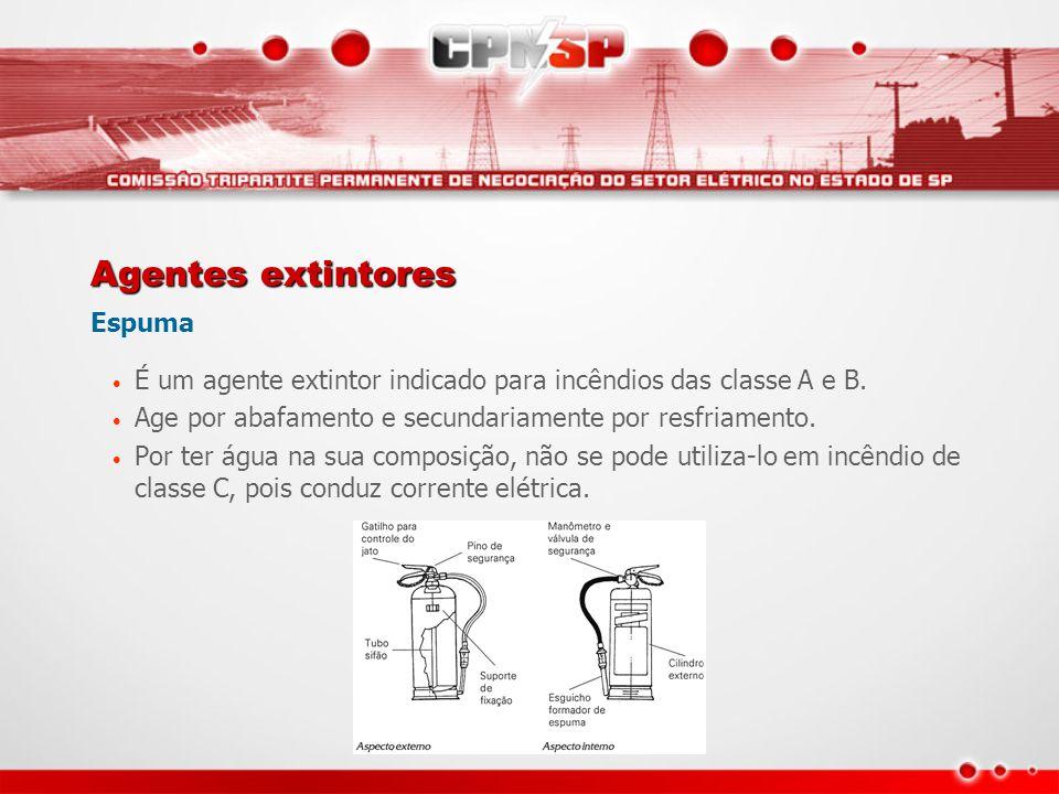Agentes extintores Espuma • É um agente extintor indicado para incêndios das classe A e B. • Age por abafamento e secundariamente por resfriamento. •