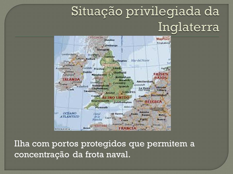 Ilha com portos protegidos que permitem a concentração da frota naval.