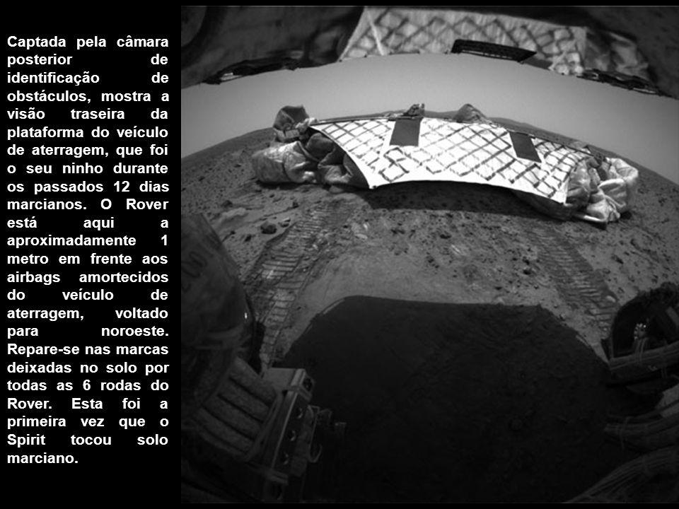Captada pela câmara posterior de identificação de obstáculos, mostra a visão traseira da plataforma do veículo de aterragem, que foi o seu ninho duran