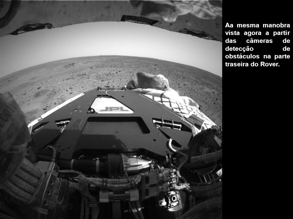 Esta imagem panorâmica de 360 graus em mosaico, composta através de informação fornecida pela câmara de detecção de obstáculos do Spirit, mostra a vista a partir do veículo de aterragem por baixo do convés do Rover.