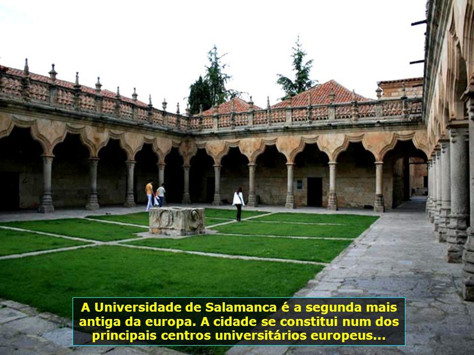 """Páteo do prédio da """"Escuela Menores"""", da Universidade de Salamanca, onde possui um enorme afresco astronômico chamado O Céu de Salamanca..."""