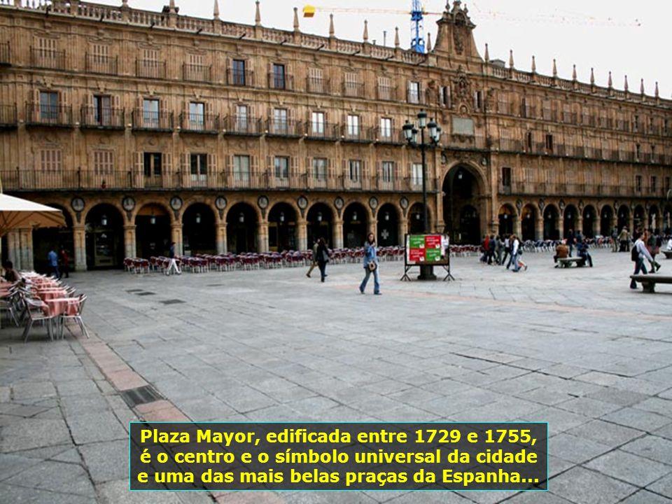 Plaza Mayor, edificada entre 1729 e 1755, é o centro e o símbolo universal da cidade e uma das mais belas praças da Espanha...