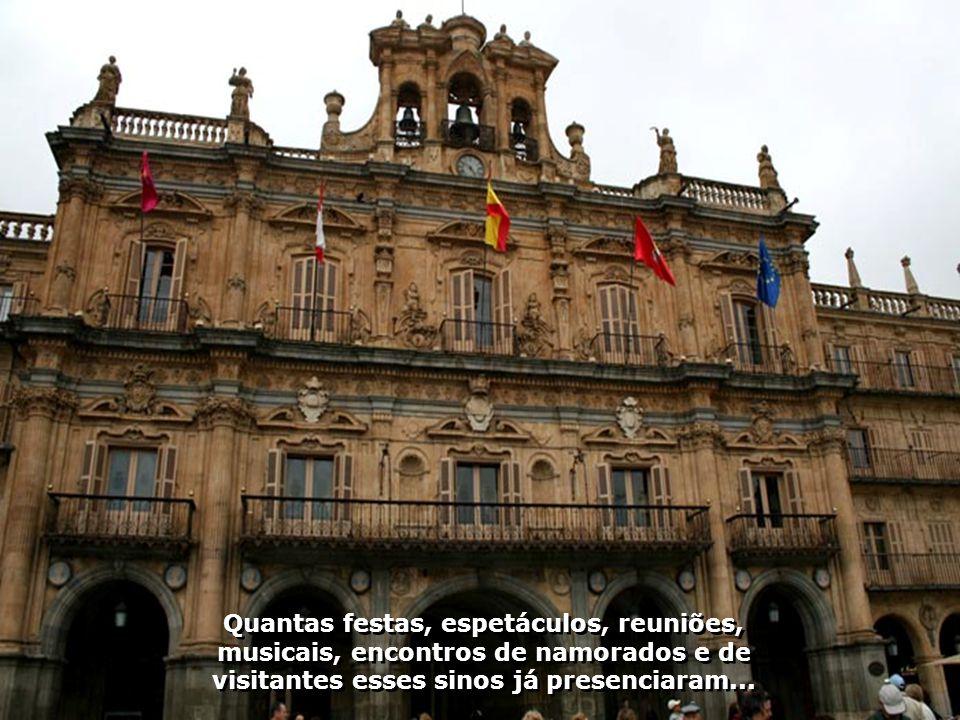 Em estilo barroco ela foi construída seguindo o projeto de Alberto Churriguera. Ponto obrigatório de visita e de encontros em Salamanca...