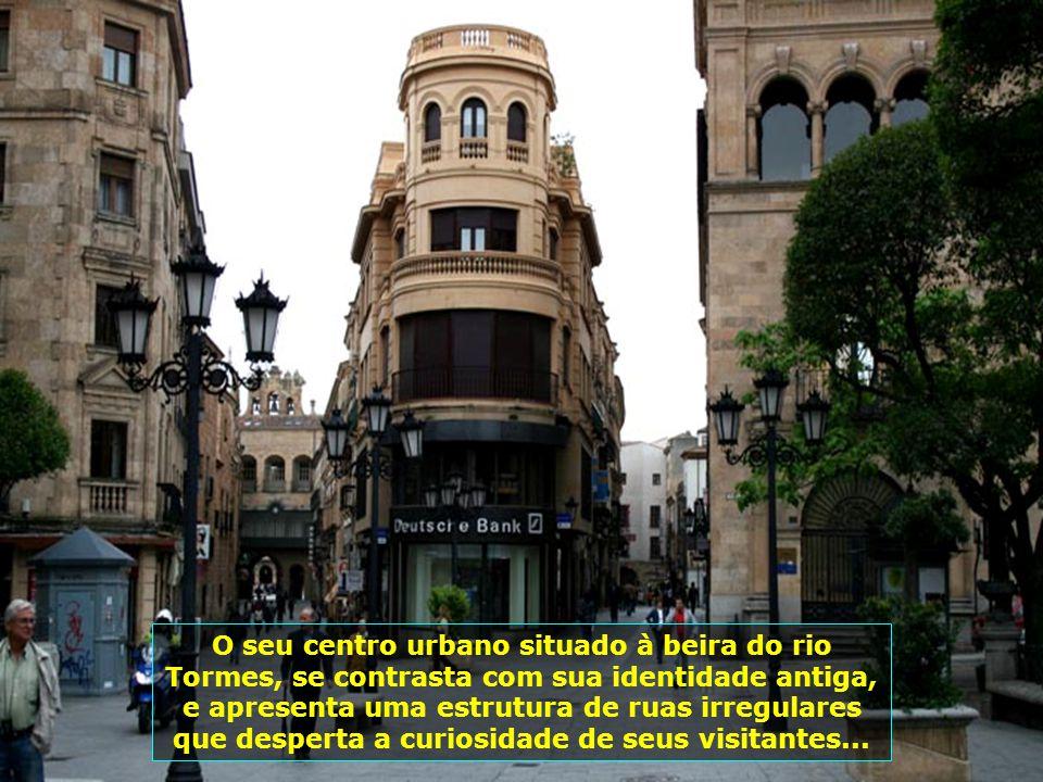 Marcas douradas implantadas no chão da cidade indicam a direção que romeiros devem seguir pelos caminhos de Santiago de Compostela...