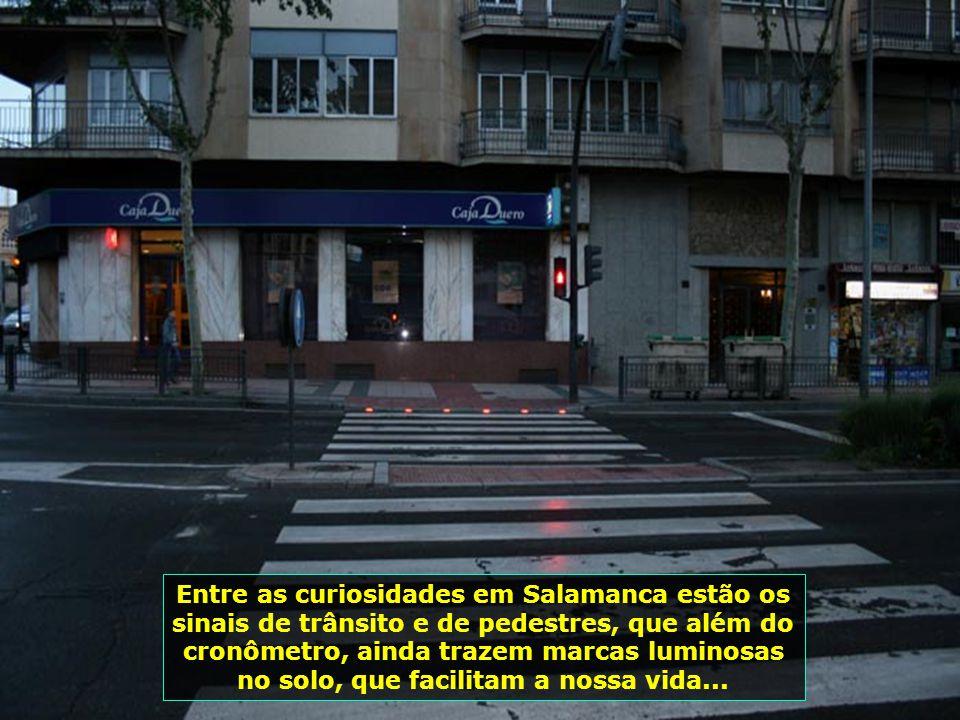 Entre as curiosidades em Salamanca estão os sinais de trânsito e de pedestres, que além do cronômetro, ainda trazem marcas luminosas no solo, que facilitam a nossa vida...