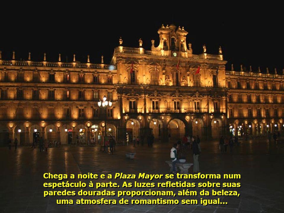 Chega a noite e a Plaza Mayor se transforma num espetáculo à parte.