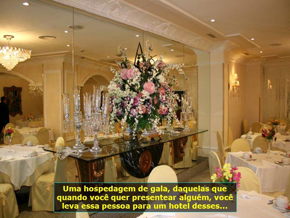Decoração impecável, um verdadeiro palácio com seus lustres espetaculares, flores, espelhos, quadros lindíssimos, ambiente extremamente romântico...