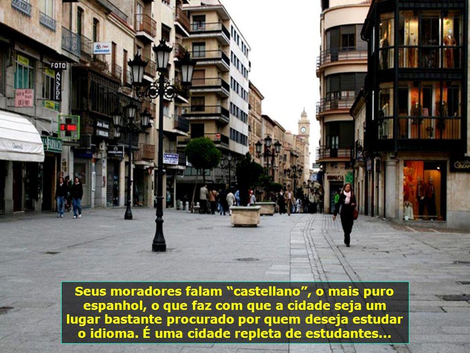 Seus moradores falam castellano , o mais puro espanhol, o que faz com que a cidade seja um lugar bastante procurado por quem deseja estudar o idioma.