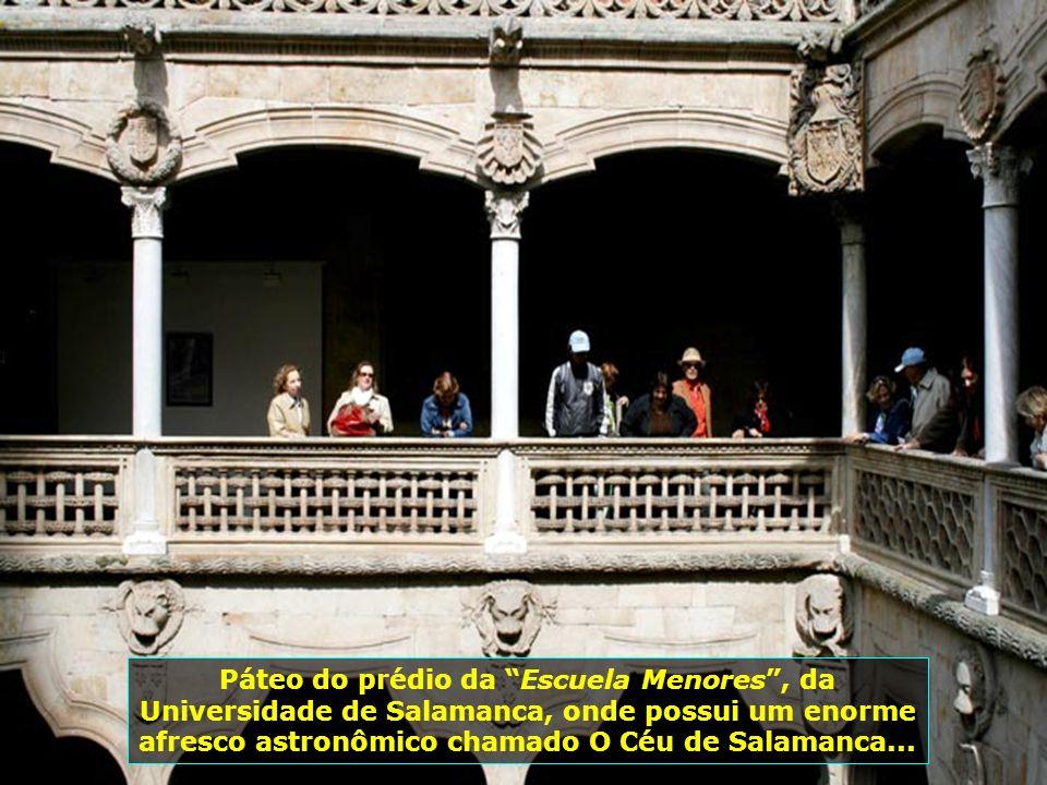Páteo do prédio da Escuela Menores , da Universidade de Salamanca, onde possui um enorme afresco astronômico chamado O Céu de Salamanca...