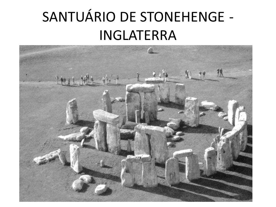 Stonehenge (do inglês arcaico stone = pedra, e hencg = eixo) é um alinhamento megalítico da Idade do Bronze, localizado na planície de Salisbury, próximo a Amesbury, no condado de Wiltshire, no Sul da Inglaterra.
