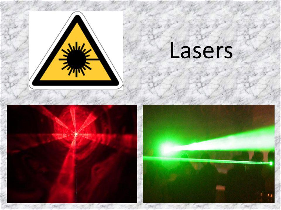 Laser na Remoção de Tatuagens • O laser emite pequenos pulsos de luz intensa que passam, sem causar nenhum dano, pelas camadas superiores da pele para serem seletivamente absorvidos pelo pigmento da tatuagem, fragmentando-o em partículas menores que são então removidas pelo sistema imunológico.