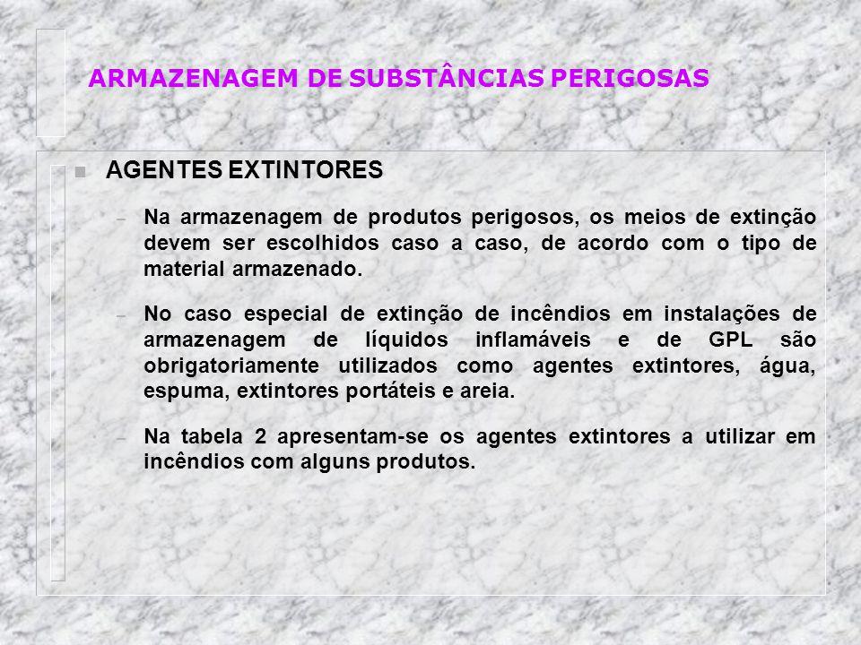 n AGENTES EXTINTORES – Na armazenagem de produtos perigosos, os meios de extinção devem ser escolhidos caso a caso, de acordo com o tipo de material a