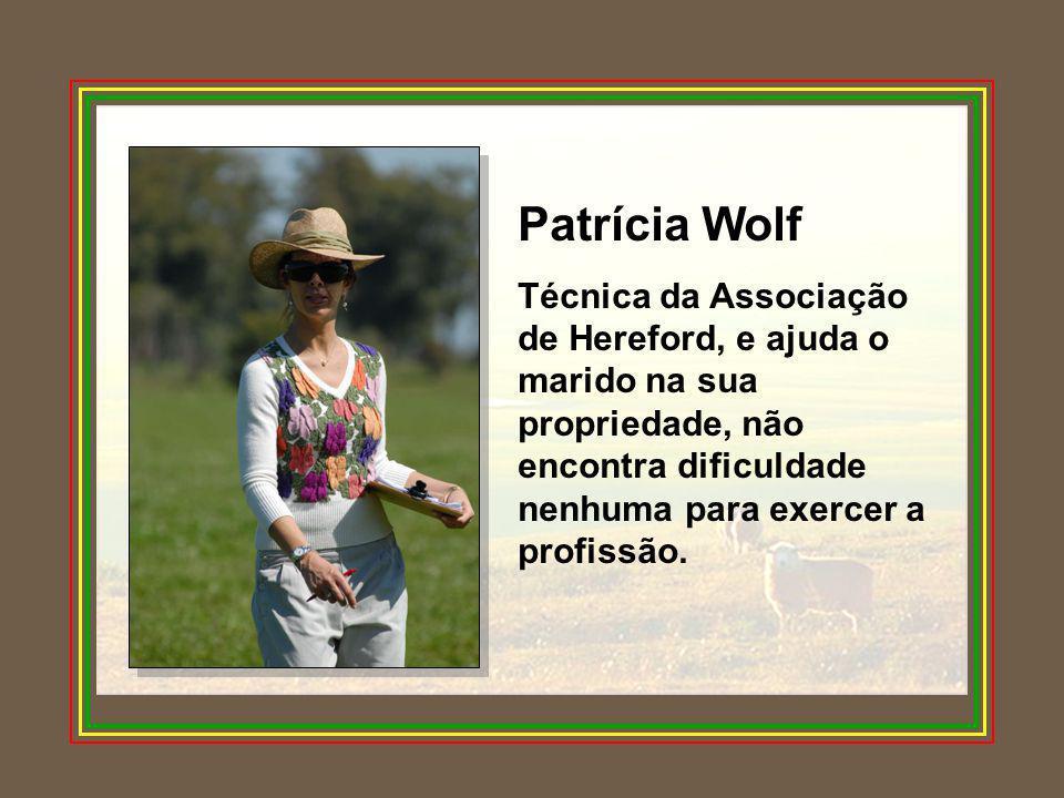 Caia Martins Embora não exerça economicamente a profissão, na propriedade está sempre vivenciando o trabalho com o rebanho de Jersey e com cavalos crioulos.
