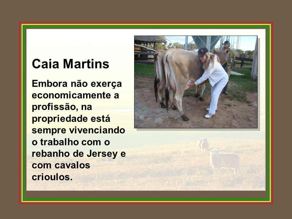 Caia Martins Embora não exerça economicamente a profissão, na propriedade está sempre vivenciando o trabalho com o rebanho de Jersey e com cavalos cri