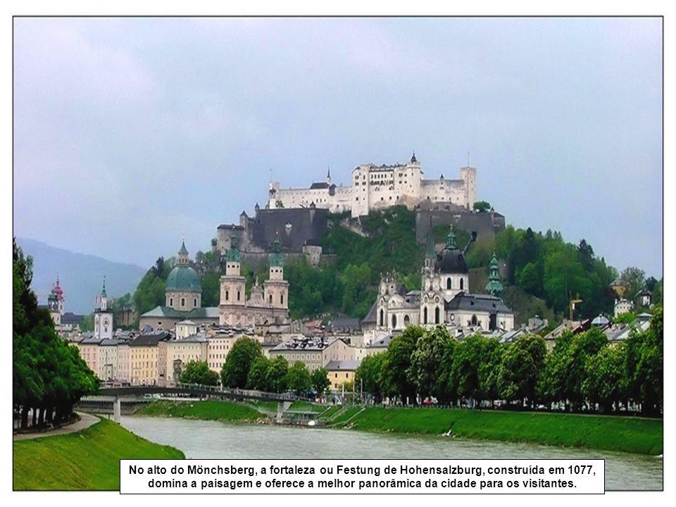 No alto do Mönchsberg, a fortaleza ou Festung de Hohensalzburg, construída em 1077, domina a paisagem e oferece a melhor panorâmica da cidade para os visitantes.
