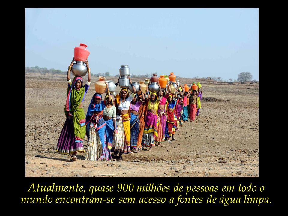 Num vilarejo indiano, mulheres percorrem longas distâncias em busca de água.