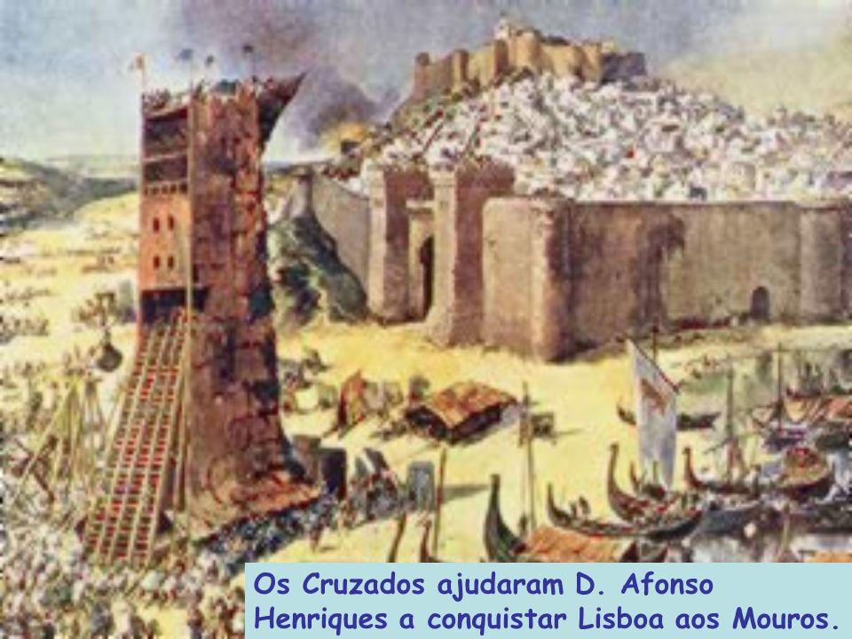 A caminho da Terra Santa, os Cruzados iam ajudando as nações cristãs que combatiam a expansão árabe na EUROPA.