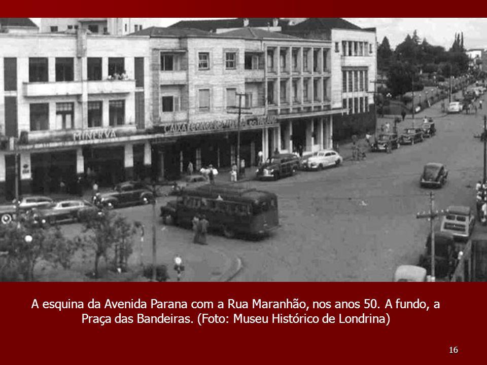 16 A esquina da Avenida Parana com a Rua Maranhão, nos anos 50. A fundo, a Praça das Bandeiras. (Foto: Museu Histórico de Londrina)