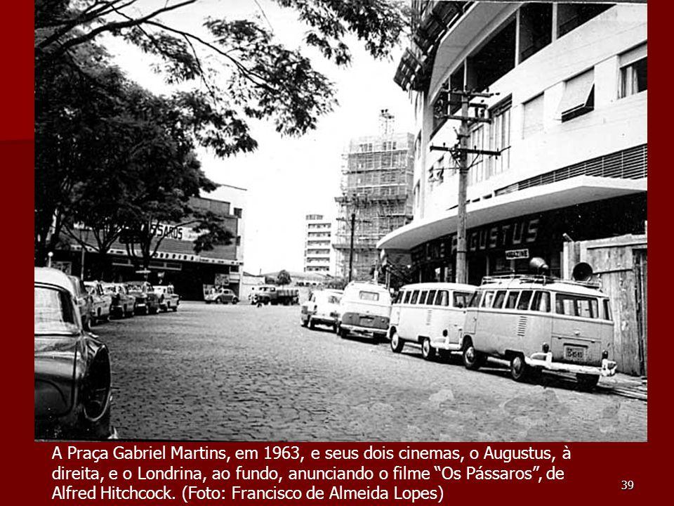 """39 A Praça Gabriel Martins, em 1963, e seus dois cinemas, o Augustus, à direita, e o Londrina, ao fundo, anunciando o filme """"Os Pássaros"""", de Alfred H"""