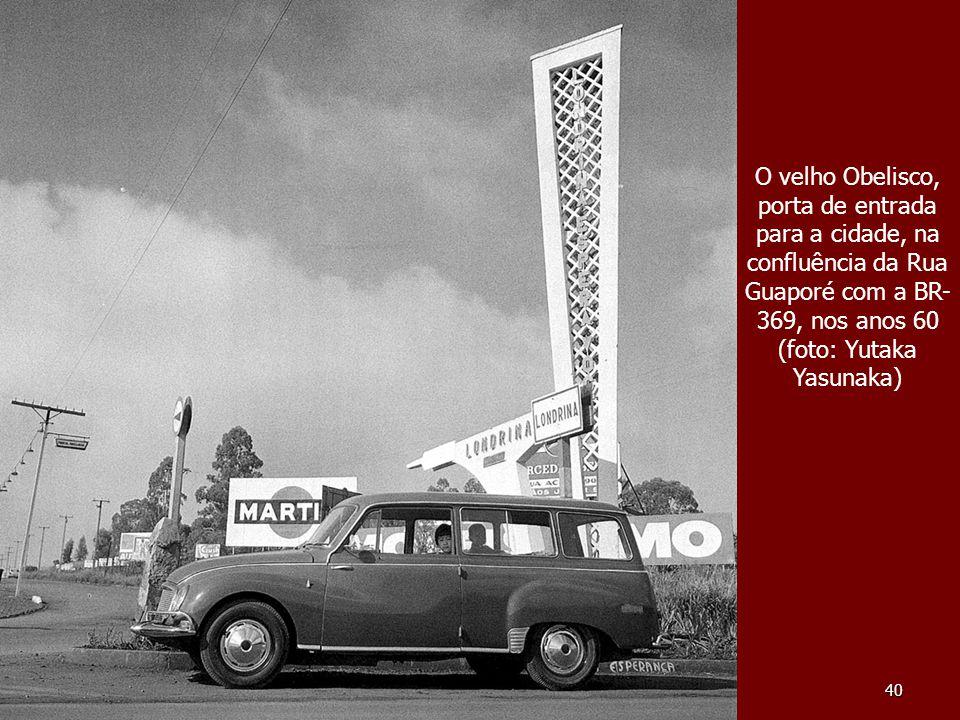 40 O velho Obelisco, porta de entrada para a cidade, na confluência da Rua Guaporé com a BR- 369, nos anos 60 (foto: Yutaka Yasunaka)