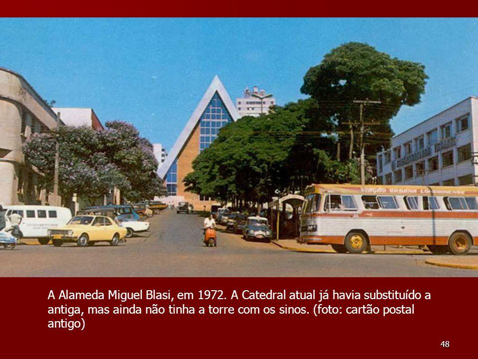 48 A Alameda Miguel Blasi, em 1972. A Catedral atual já havia substituído a antiga, mas ainda não tinha a torre com os sinos. (foto: cartão postal ant