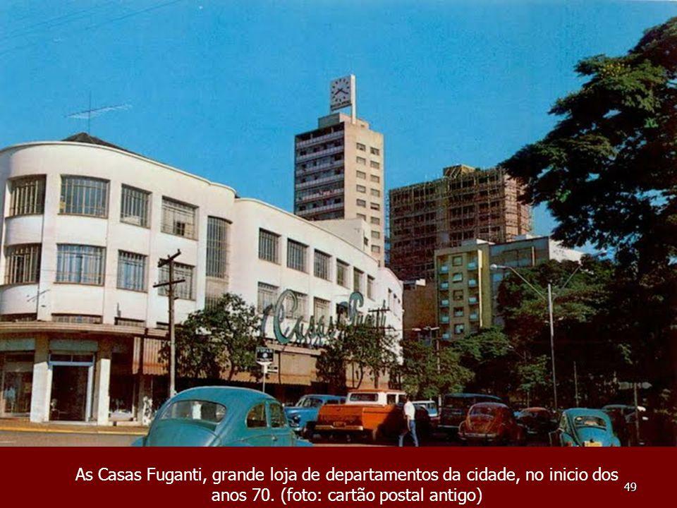 49 As Casas Fuganti, grande loja de departamentos da cidade, no inicio dos anos 70. (foto: cartão postal antigo)