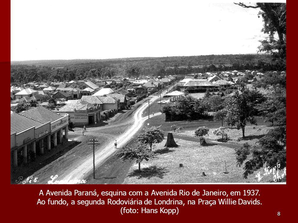 8 A Avenida Paraná, esquina com a Avenida Rio de Janeiro, em 1937. Ao fundo, a segunda Rodoviária de Londrina, na Praça Willie Davids. (foto: Hans Kop