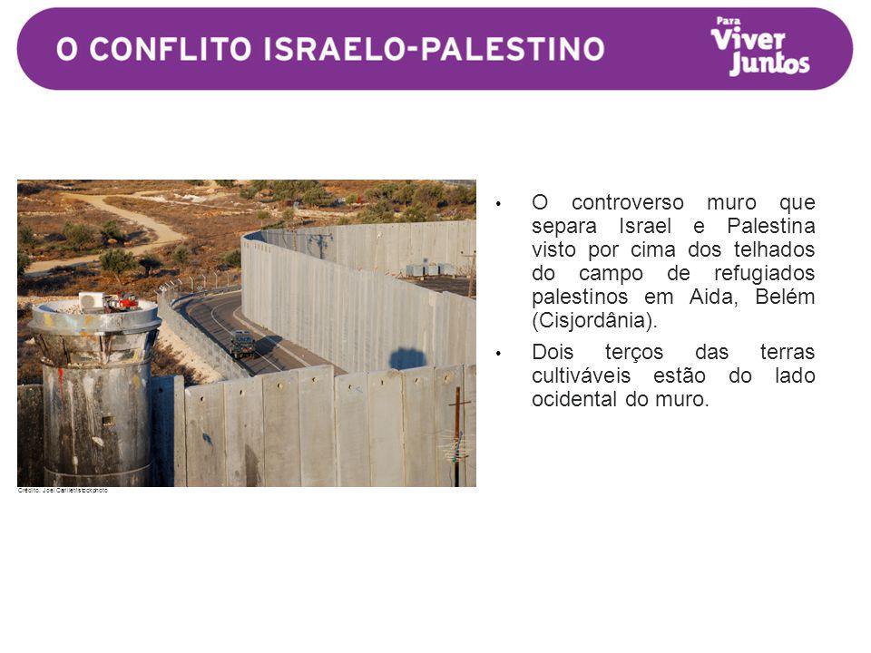 • O controverso muro que separa Israel e Palestina visto por cima dos telhados do campo de refugiados palestinos em Aida, Belém (Cisjordânia).