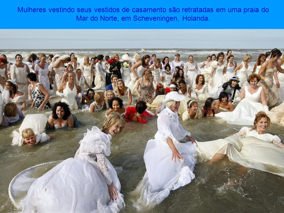 Algumas das 10.000 pessoas que participaram nas filmagens de The Big Ask Again vídeo- clip em uma praia da Bélgica.