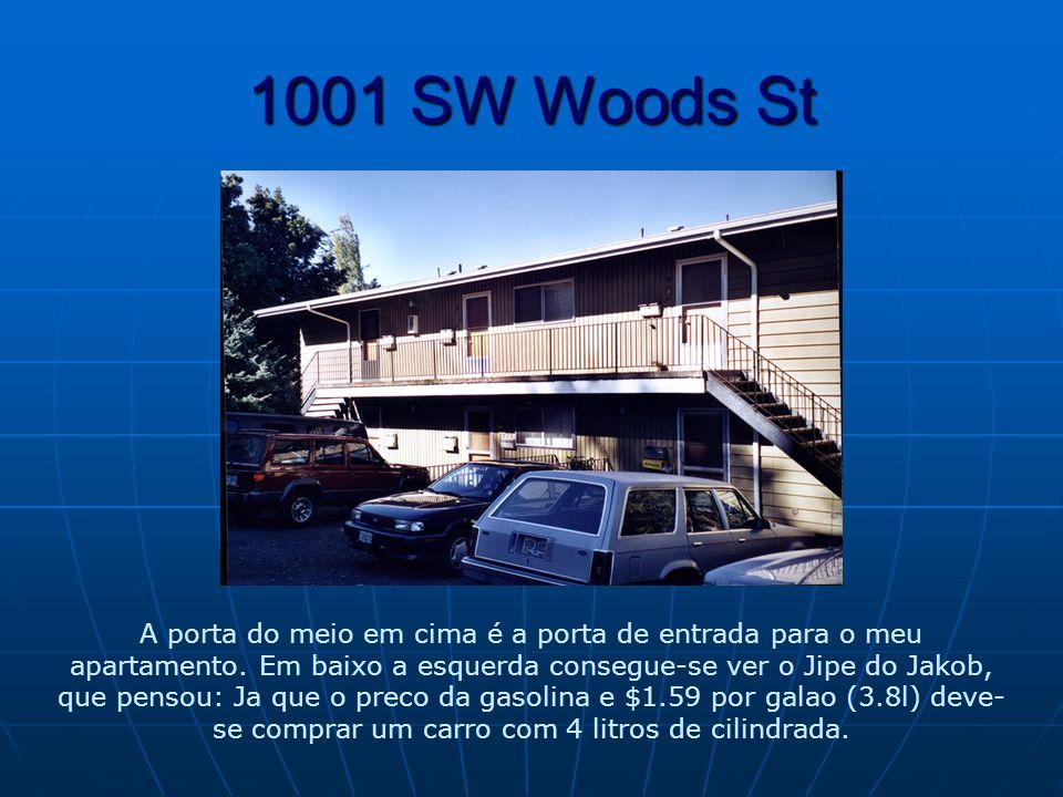1001 SW Woods St A porta do meio em cima é a porta de entrada para o meu apartamento.