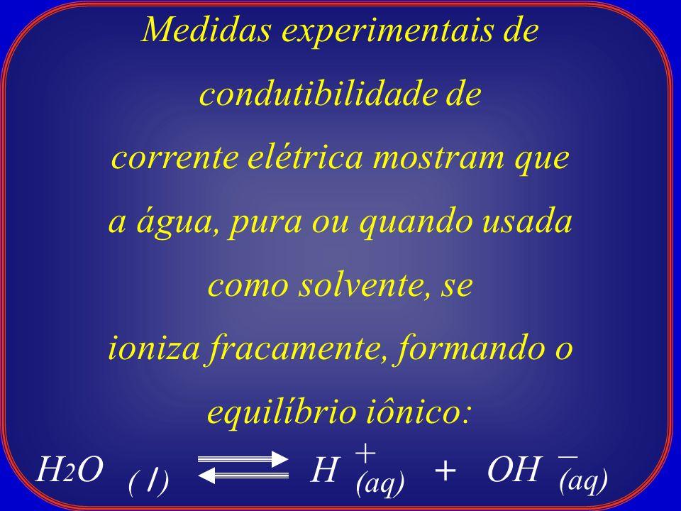 Medidas experimentais de condutibilidade de corrente elétrica mostram que a água, pura ou quando usada como solvente, se ioniza fracamente, formando o