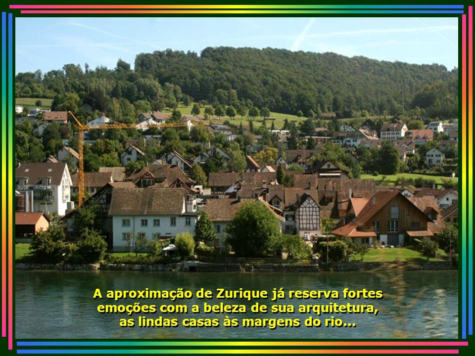 Casas floridas com belos jardins, que trazem nas janelas e sacadas seus arranjos de flores multicoloridas...
