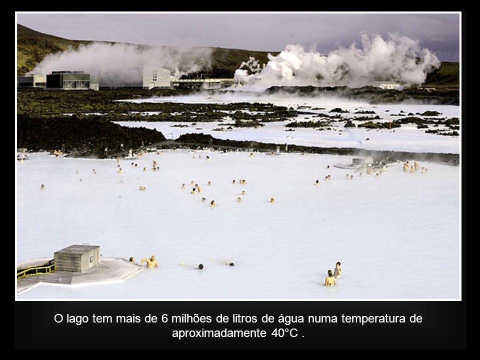 O lago tem mais de 6 milhões de litros de água numa temperatura de aproximadamente 40°C.