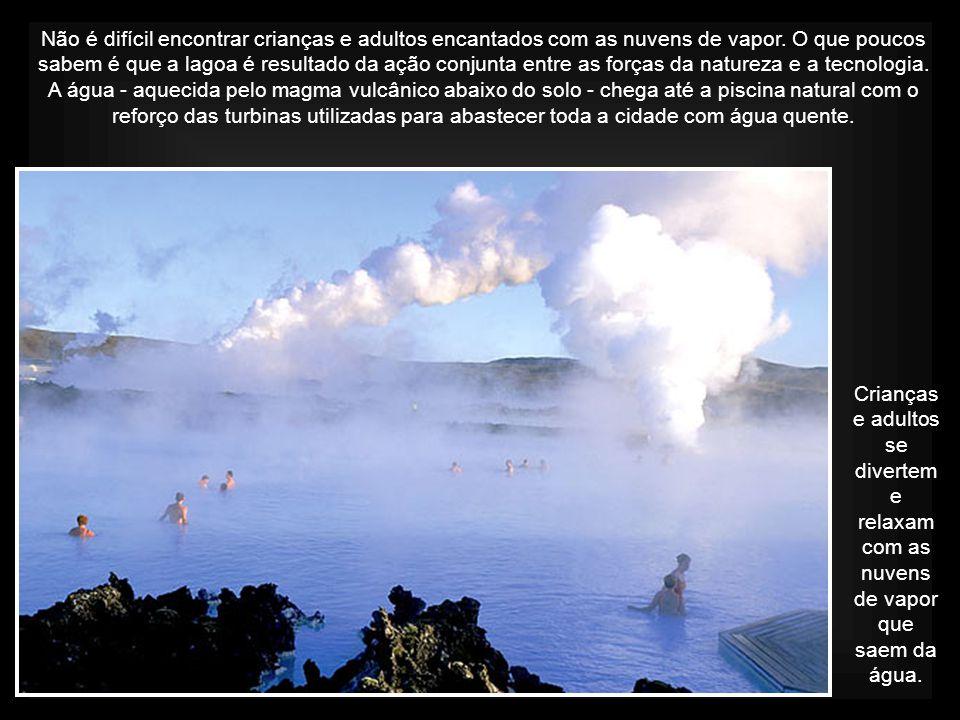 Crianças e adultos se divertem e relaxam com as nuvens de vapor que saem da água.