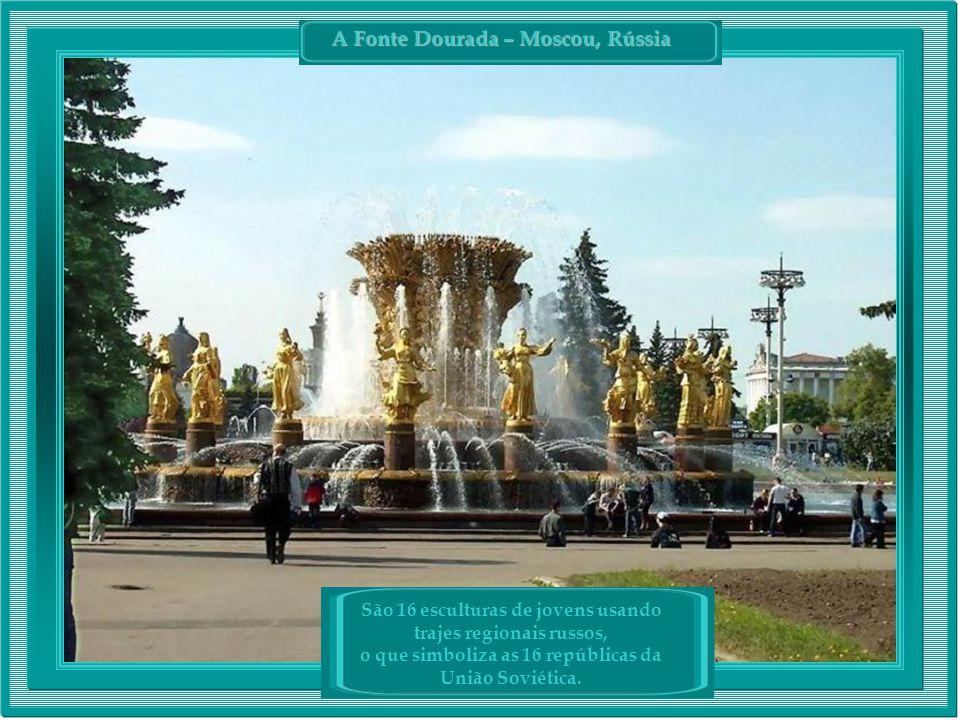 São 16 esculturas de jovens usando trajes regionais russos, o que simboliza as 16 repúblicas da União Soviética.