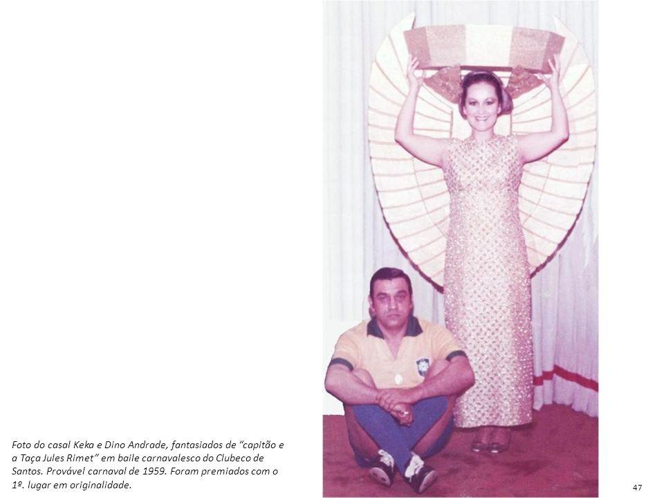 """Foto do casal Keka e Dino Andrade, fantasiados de """"capitão e a Taça Jules Rimet"""" em baile carnavalesco do Clubeco de Santos. Provável carnaval de 1959"""