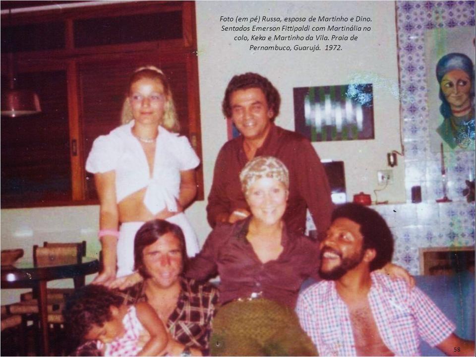 Foto (em pé) Russa, esposa de Martinho e Dino. Sentados Emerson Fittipaldi com Martinália no colo, Keka e Martinho da Vila. Praia de Pernambuco, Guaru