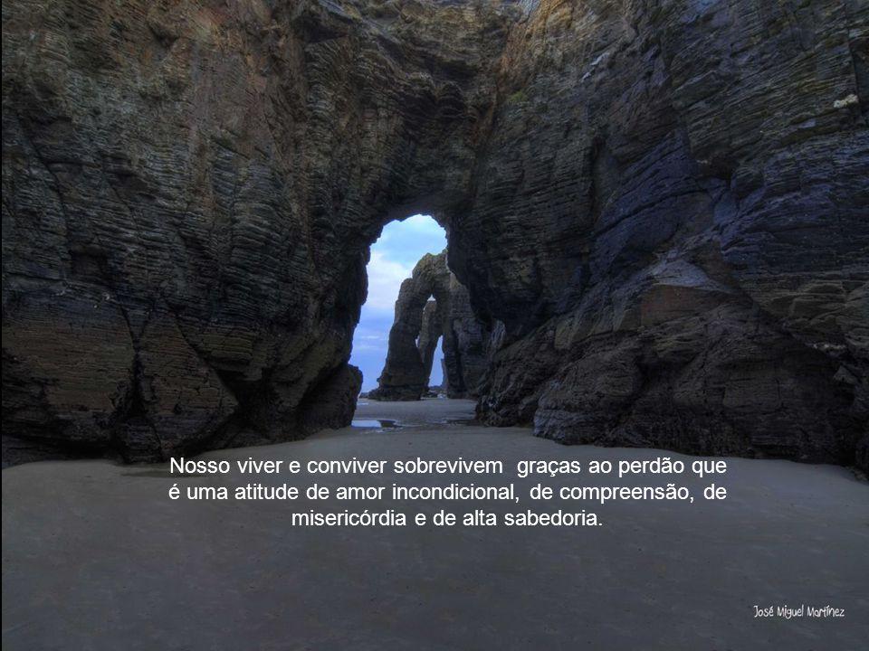 Imagens: José Miguel Martinez A Praia das Catedrais é o nome turístico da Praia de Águas Santas, situada no município de Ribadeo na costa da Província de Lugo (Galiza), sobre o mar Cantábrico.