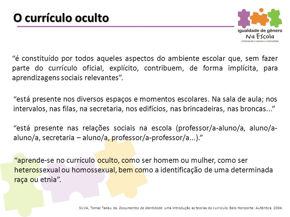 """O currículo oculto """"é constituído por todos aqueles aspectos do ambiente escolar que, sem fazer parte do currículo oficial, explícito, contribuem, de"""