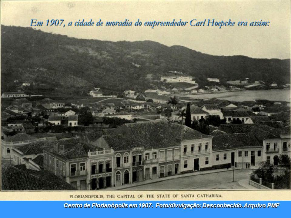 1907 Estaleiro Arataca – Fonte: Silvio dos Santos Já de posse de uma grande quantidade de embarcações constrói, no porto de Florianópolis, na ponta da