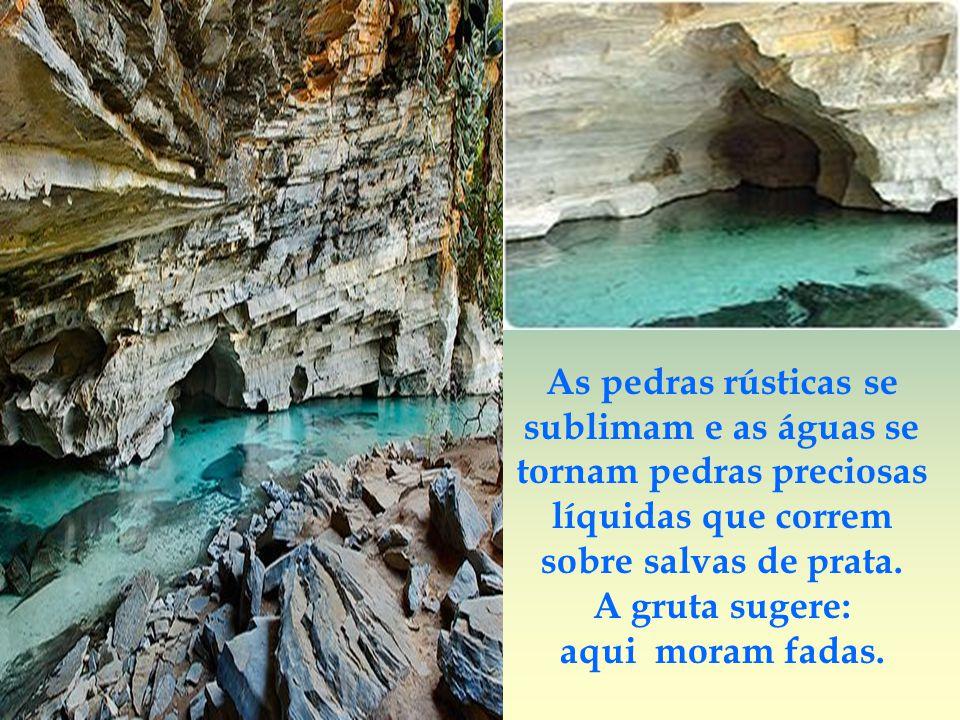 As pedras rústicas se sublimam e as águas se tornam pedras preciosas líquidas que correm sobre salvas de prata.