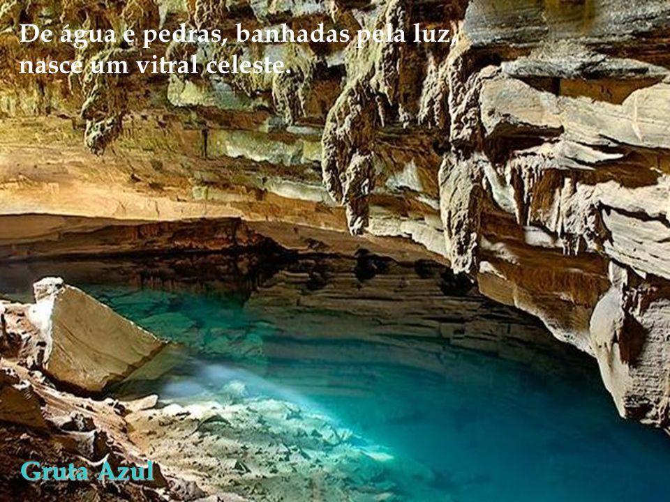 Gruta Azul De água e pedras, banhadas pela luz, nasce um vitral celeste.